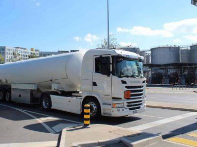 Petrostock-059-Camion-long-au-feu-tricolore.jpg