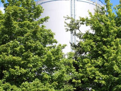 Petrostock 275 - Citerne derrière arbres